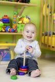 Llittle-Junge am Spiel in seinem Raum Lizenzfreies Stockbild