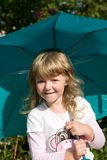 Llittle Mädchen mit Regenschirm Lizenzfreies Stockbild