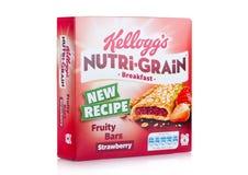 LLONDON,英国- 2017年12月15日:箱子凯洛格` s品牌Nutri五谷软性烘烤了在白色背景的早餐吧台 用真正做 库存图片