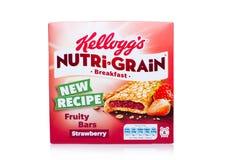 LLONDON,英国- 2017年12月15日:箱子凯洛格` s品牌Nutri五谷软性烘烤了在白色背景的早餐吧台 用真正做 免版税库存照片