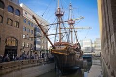 LLONDON UK - MARS 29, 2014 Francis Drake s guld- bakre skepp Arkivfoton