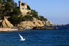 Lloret de Mar Castell Plaja alla spiaggia del Sa Caleta in Spagna Immagini Stock