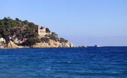 Lloret de Mar Castell Plaja på stranden för Sa Caleta i Catalonia Spanien på den soliga dagen Arkivbilder