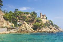 Lloret de Mar Castle στην παραλία Castell Platja στην παραλία Sa Caleta σε Κόστα Μπράβα της Καταλωνίας Ισπανία κλίση που αλιεύει  στοκ φωτογραφία με δικαίωμα ελεύθερης χρήσης