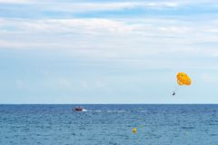 Lloret De Mar Hiszpania, Wrzesień, - 2017 rozrywka przy morzem spadochron wiążący łódź zdjęcie royalty free