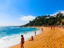 Lloret de marcha, España - 13 de septiembre de 2015: La playa en la orilla del mar Foto de archivo