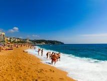 Lloret de marcha, España - 13 de septiembre de 2015: La playa en la orilla del mar Imagen de archivo