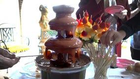 Llover la fuente del chocolate almacen de metraje de vídeo