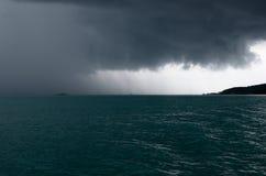 Llover la tormenta sobre el mar Imágenes de archivo libres de regalías