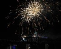 Llover los fuegos artificiales sobre el horizonte de Cincinnati Fotografía de archivo libre de regalías
