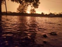 Llover puesta del sol fotos de archivo libres de regalías
