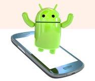 Lloyd die van die het embleem van Android OS uit een smartphone te voorschijn komen op witte achtergrond wordt geïsoleerd Stock Foto