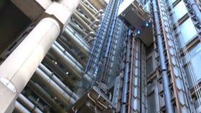 Lloyds大厦推力的女实业家在伦敦,英国 股票视频