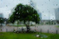 Llueva el descenso sobre el vidrio en el ferrocarril Imágenes de archivo libres de regalías