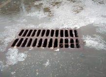 Llueva el drenaje, las aguas residuales de la tormenta no pueden hacer frente al flujo de agua y de saludo Fotografía de archivo