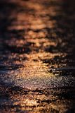 Llueva la caída y la reflexión del agua en el camino con la luz en la estación de lluvias Foto de archivo