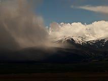 Llueva la tormenta sobre la cordillera de Sange de Cristo cerca de Westclif Imagen de archivo libre de regalías