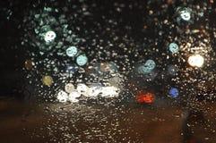 Llueva los descensos en el parabrisas del coche Fotografía de archivo