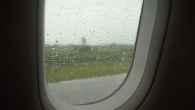 Llueva los descensos en la ventana del avión almacen de video