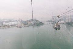 Llueva los descensos en las ventanas de cristal con el fondo moderno del edificio de oficinas Fotografía de archivo