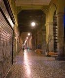 Lluminated cobbled la calle en Roma, Italia fotografía de archivo