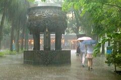 Lluvia de colada en un monasterio budista, Lantau Foto de archivo libre de regalías