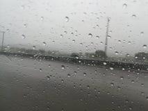 Lluvia 6 de la estafa del carretera del en de Carro foto de archivo