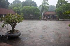 Lluvia de la monzón en el templo de la literatura fotos de archivo libres de regalías