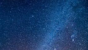 Lluvia de meteoritos de Geminid real - vídeo de time lapse de la vía láctea del planeta de la galaxia del cielo nocturno