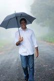Lluvia del paraguas del hombre Imágenes de archivo libres de regalías
