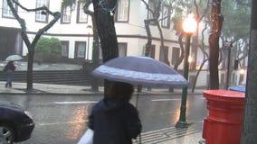 Lluvia en ciudad almacen de metraje de vídeo