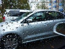 Lluvia en el coche de la ventana Imagenes de archivo