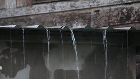 Lluvia en el tejado viejo del cinc almacen de metraje de vídeo