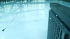 Lluvia en la ciudad almacen de metraje de vídeo