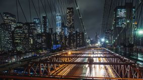 Lluvia en Nueva York, coches del tráfico en el puente de Brooklyn famoso metrajes
