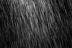 Lluvia en un fondo negro foto de archivo libre de regalías