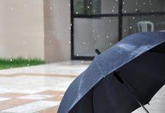 Lluvia en un paraguas abierto Fotos de archivo libres de regalías