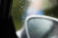 Lluvia en una ventanilla del coche Foto de archivo libre de regalías