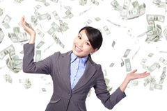 Lluvia inferior feliz del dinero de la mujer de negocios fotografía de archivo libre de regalías