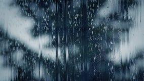 Lluvia que fluye abajo del cristal de ventana dramático metrajes