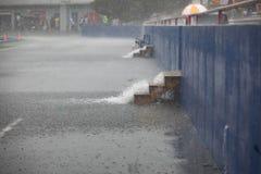 Lluvia que viene abajo escaleras en el estadio de fútbol imagen de archivo libre de regalías