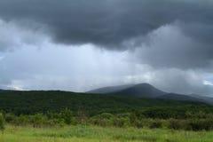 Lluvia sobre las montañas Foto de archivo