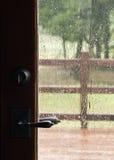 Lluvia a través de la ventana de la puerta Foto de archivo libre de regalías