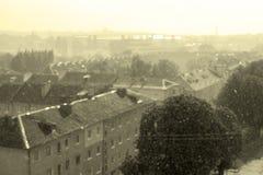 Lluvia a través del vintage de la ciudad de la sol Imagen de archivo libre de regalías