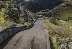 Llyn Brianne水库的溢洪道 免版税库存照片
