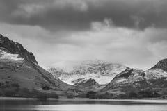 Llyn Nantll的美好的黑白冬天风景图象 免版税库存图片