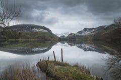 Llyn Nantlle的美好的冬天风景图象在Snowdonia Na的 免版税库存照片