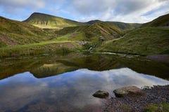 Llyn y爱好者fach,威尔士湖在布雷肯比肯斯山国家公园 免版税图库摄影