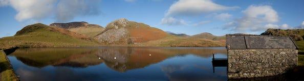 Llyn Y Dywarchen een visserijmeer Stock Foto's