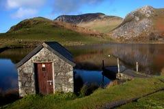 Llyn Y Dywarchen um lago da pesca Fotos de Stock